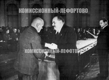 Вручение ордена трудового красного знамени Н. П. Гладильщикову в кремле 1939 год. Через президиум ВС зачитывает тов. Бадаев, вручает тов. Горкин.