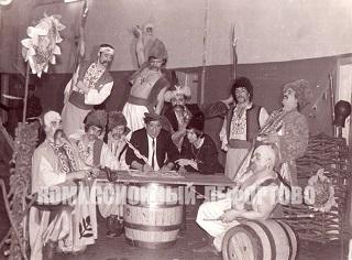 Юрий Никулин — «Письмо запорожцев турецкому султану» юмористическая сценка за кулисами цирка. Фотография 1970 гг.