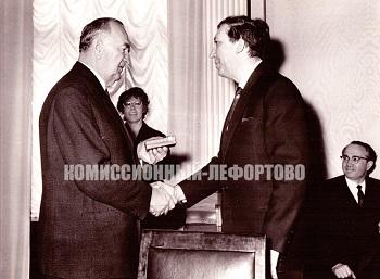 Вручение правительственной награды СССР Юрию Никулину, вручает заместитель председателя Совета министров СССР Тихонов Николай Александрович.