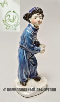 статуэтка мальчик со снежком конаково, зик 1950 год.