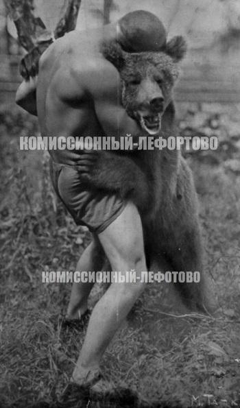 Гладильщиков с медведем 1920 гг.