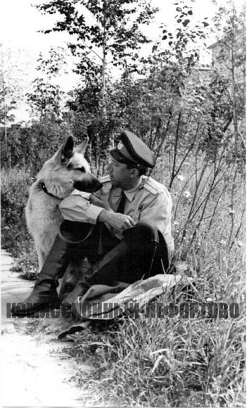 В перерыве на отдыхе между съёмками филькм «Ко мне, Мухтар» младший лейтенант милиции Глазычев (Юрий Никулин) и Мухтар (Дейк), фотография 1964 год.