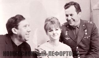 слева направо Юрий Никулин, актриса Наталья Селезнёва, советский космонавт Герой Советского Союза Павел Попович фото 1962 год.