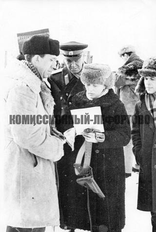Юрий Никулин (лейтенант милиции Глазычев) на съёмочной площадке во время съёмок фильма «Ко мне, Мухтар» фото 1964 год.