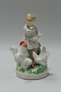 статуэтка «Девочка кормящая кур» дулёво, период ссср 1954 год.