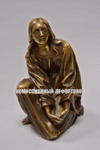 девушка с распущенными волосами, жанровая скульптура.