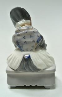 статуэтка «Девочка с вязанием», Royal Copenhagen Дания 1960-1970 гг.