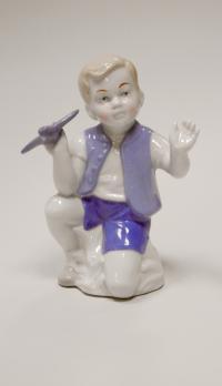 статуэтка «мальчик с самолётом», период гдр 1970 гг.