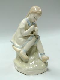 статуэтка «Маленькая вышивальщица», «Девочка вдевающая нитку в иголку» полонне зхк, период ссср 1960 гг.