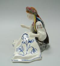 статуэтка «Украинка вышивающая ковёр» конаково, современная Россия 2000 гг.