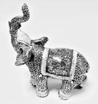 Слон с поднятым хоботом.