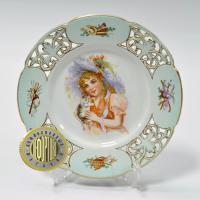 тарелка настенная, ажурная «портрет девочки с котёнком» т-во М.С. Кузнецова Т.Ф. конец XIX - начало ХХ вв.