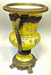 ваза декоративная фаянс с декором из бронзы.